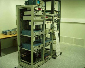 Bildet viser oppsett med Cesiumklokker og tilhørende utstyr for måling og monitorering av tid, frekvenser og fasedifferanser