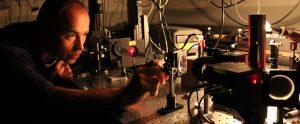 Optikk sier noe om egenskapene til lyset og hvordan det oppfører seg i møte med materie.
